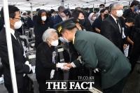 [TF포토] 노인숙 여사 위로하는 서욱 육참총장