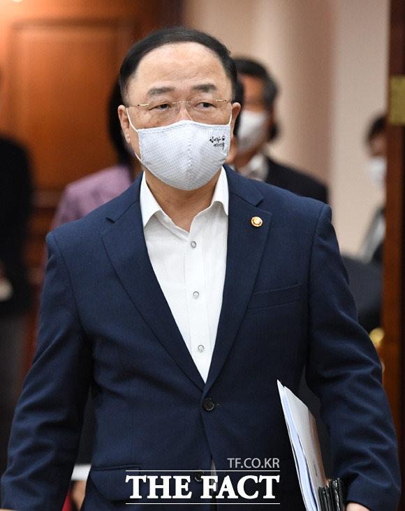 회의 참석하는 홍남기 경제부총리 겸 기획재정부 장관