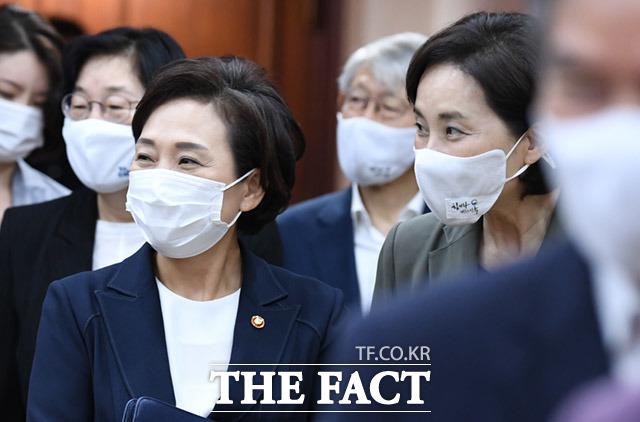 회의 참석하는 김현미 국토부장관(왼쪽)과 유은혜 사회부총리 겸 교육부장관