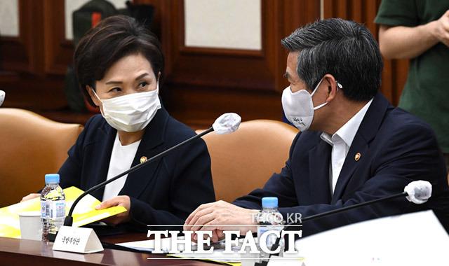 대화 나누는 김현미 국토부장관과(왼쪽)과 정경두 국방부장관