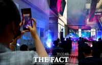 [TF포토] 무토의 공연을 영상으로 담는 관람객