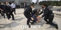 [TF포착] 대통령 향해 신발 던지고 비방하던 남성 체포