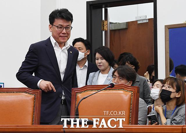 진성준 더불어민주당 의원(왼쪽)이 17일 오전 서울 여의도 국회에서 열린 더불어민주당 최고위원회의에 참석하고 있다. /배정한 기자