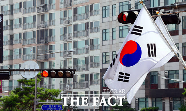 제헌절인 17일 오전 서울 중구의 아파트단지에 게양된 태극기의 모습이 보이지 않고 있다. /이선화 기자