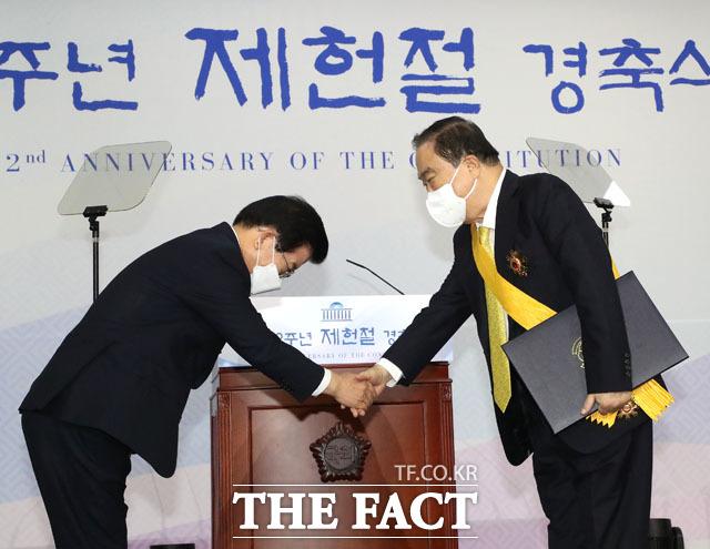 국민훈장 수여 받은 문희상 전 국회의장(오른쪽)