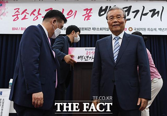 미소 짓는 김종인 비대위원장(오른쪽)