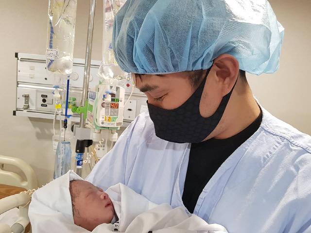 V.O.S 김경록이 결혼 1년 6개월 만에 딸을 품에 안았다. 그는 SNS를 통해 산모와 아이 모두 건강하다. 서툴지만 잘 키워 보겠다고 소감을 밝혔다. /김경록 SNS 캡처