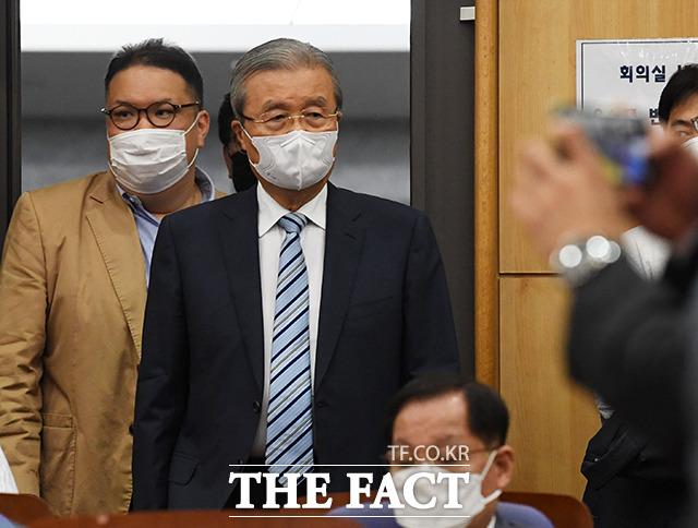 중·소상공인의 꿈, 백년가게 길을 찾다 토론회에 참석하는 김종인 비대위원장(오른쪽)