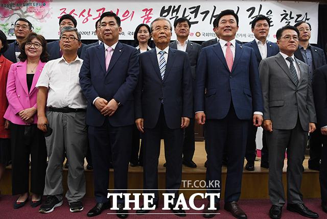 기념사진 촬영하는 김종인 비대위원장(가운데)을 비롯한 참석자들