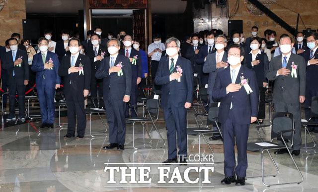 오른쪽부터 박병석 국회의장, 김명수 대법원장, 유남석 헌법재판소장, 정세균 국무총리, 권순일 중앙선거관리위원장이 국민의례를 하고 있다.