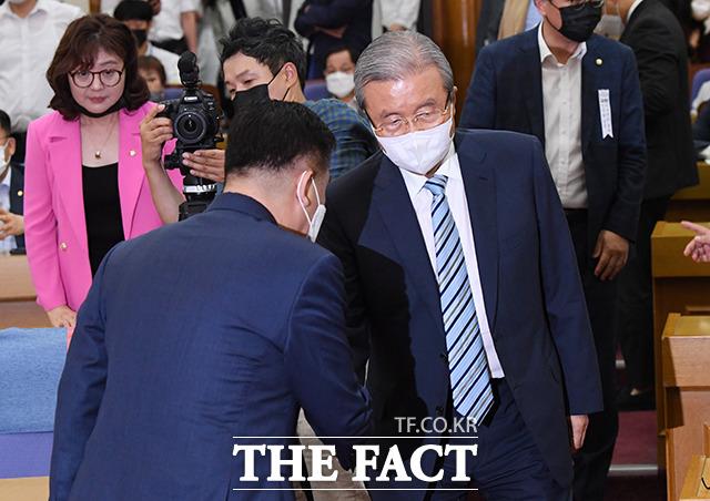 토론회를 주최한 최승재 미래통합당 의원과 악수하는 김종인 비대위원장(가운데)