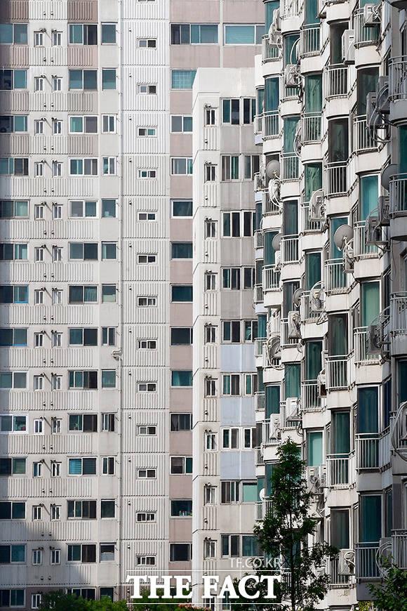 태극기가 단 하나도 게양되지 않은 아파트단지.