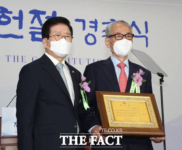 박병석 의장-김영도 전 의원이 감사패를 받은 뒤 기념사진을 남기고 있다.