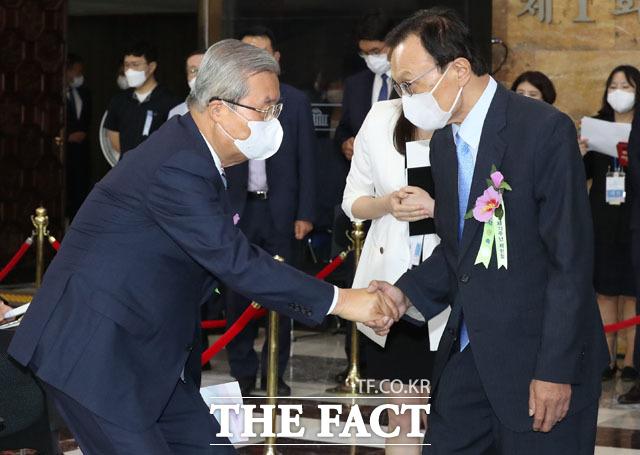 인사 나누는 김종인 미래통합당 비상대책위원장(왼쪽)과 이해찬 더불어민주당 대표