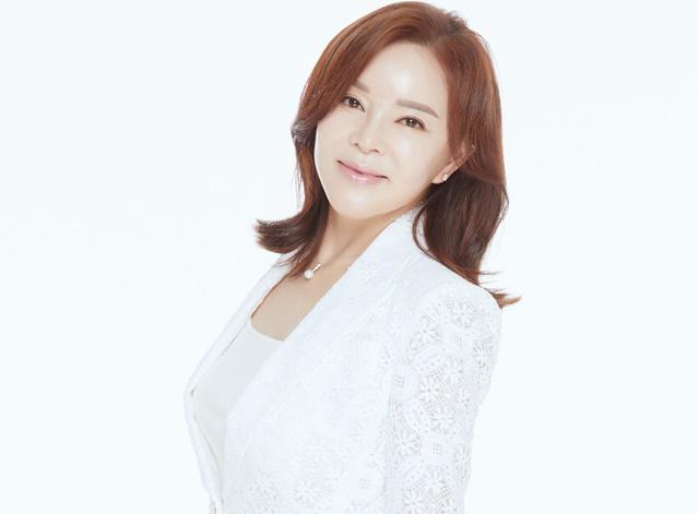 가수로 돌아온 홍춘이. 배우 최란은 최근 그럴줄 알았지를 데뷔곡으로 내놨다. 연예계 20년 지기 절친인 MC 김승현이 가사를 쓰고, 가수 신수아가 곡을 붙였다. /FX엔터테인먼트