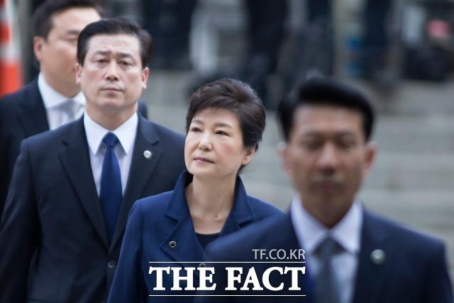 지난 2017년 3월 박근혜 전 대통령이 구속 전 피의자심문(영장실질심사)를 받기 위해 서울 서초구 서울중앙지방법원으로 들어서고 있다. /사진공동취재단