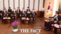 [TF포토] 제헌절 경축식 앞두고 환담 나누는 5부요인