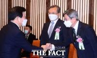 [TF포토] 박병석, 김명수 대법원장과 인사