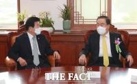 [TF포토] 환담 나누는 박병석-문희상