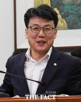 [TF사진관] '집값 안떨어질 것'…밝은 표정의 진성준 의원