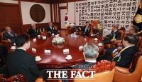 [TF사진관] '72주년 제헌절' 환담 나누는 전·현직 국회의장