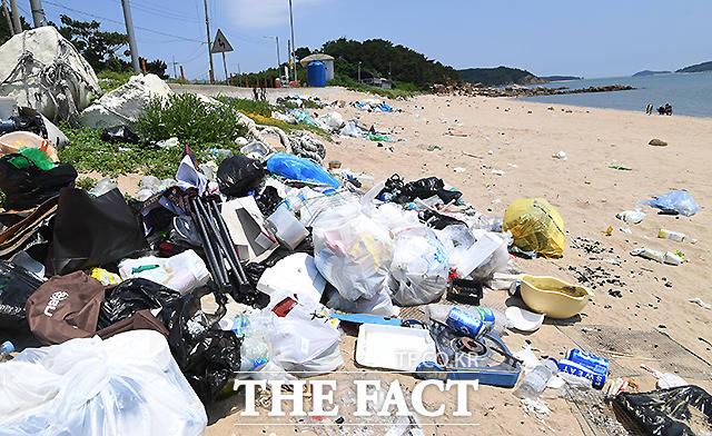 수많은 쓰레기가 방치돼 있는 을왕리해수욕장 옆 작은 해변.우리 양심의 깨진 유리창이 점점 커져가고 있다.