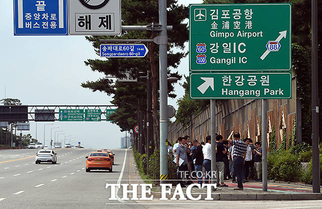 서울 잠실대교 남단에 많은 흡연자들이 모여 담배를 피고 있다.