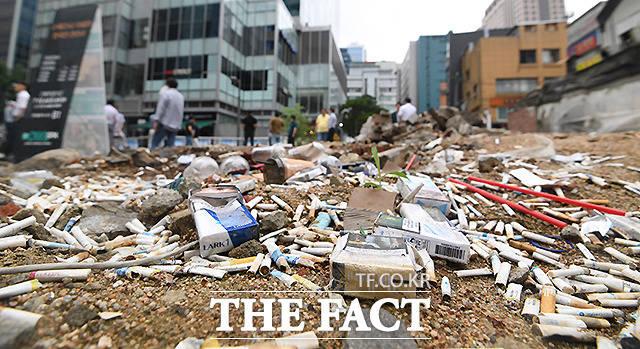 공터에는 담배꽁초와 일회용음료수컵 등 많은 쓰레기가 무분별하게 버려져있다.