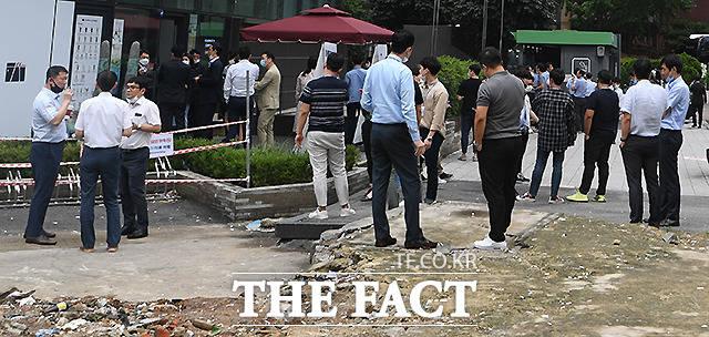 을지로 한 공터에서 직장인들이 삼삼오오 모여 흡연을 하며 대화를 나누고 있다. 불과 몇미터 앞에 흡연공간(오른쪽 녹색건물)이 보이고 있다.