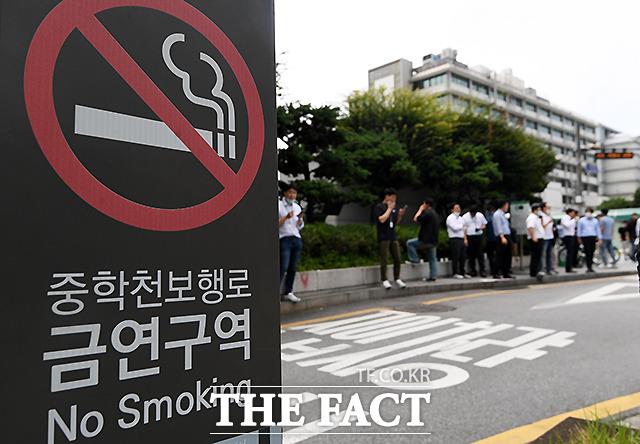 중학천보행로 인근에서 직장인들이 흡연을 하고 있다.
