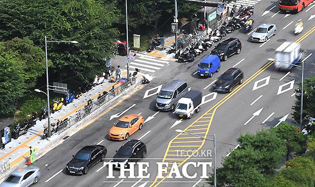 오토바이 주차장이 된 동대문 패션타운 인근 1차선 도로.