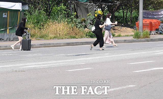 검암역 앞 도로에서 시민들이 도로를 가로지르고 있다.