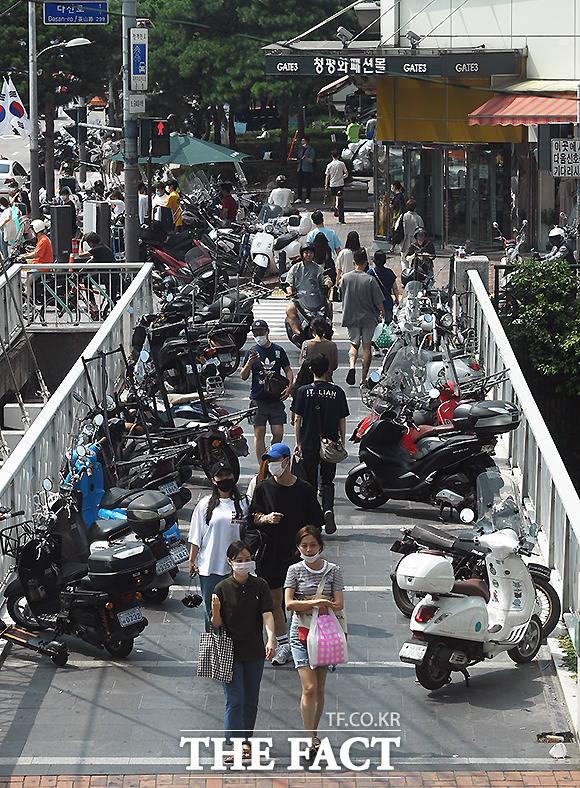 다산교 교량 양옆으로 빼곡하게 오토바이가 주차돼 시민들의 안전에 위협을 주고 있다.
