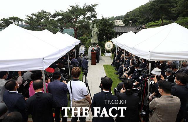 19일 오전 서울 종로구 이화장에서 이승만 전 대통령 서거 55주기 추모식이 열린 가운데 유족 대표 이인수 박사가 인사말을 하고 있다. /이선화 기자