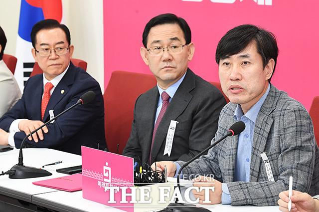 하태경 통합당 의원(오른쪽)이 지난 6일 국회에서 열린 인천국제공항공사 공정채용 TF(위원장 하태경) 임명장 수여식 및 1차 회의에 참석해 모두발언을 하고 있다. /배정한 기자