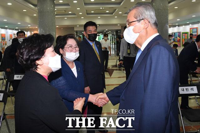 김을동 전 의원(왼쪽에서 두 번째)이 20일 오후 서울 여의도 국회 의원회관에서 열린 플라잉 어게인전에 참석해 김종인 미래통합당 비상대책위원장(오른쪽)과 악수하고 있다. 가운데는 최승재 미래통합당 의원. /국회=남윤호 기자