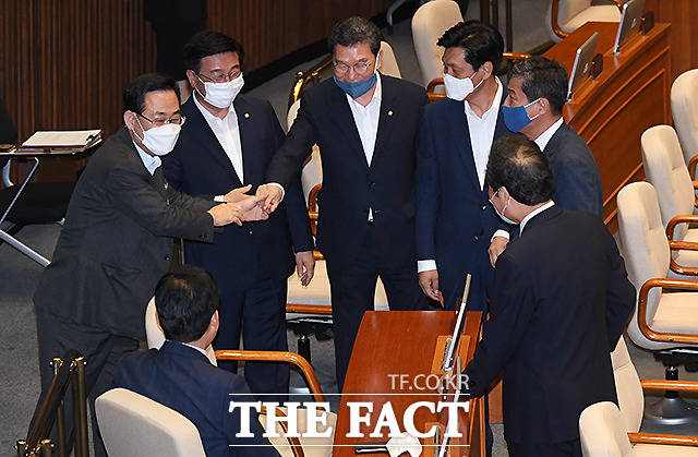 주호영 미래통합당 원내대표(왼쪽)가 20일 오전 서울 여의도 국회 본회의장에서 열린 열린 본회의에 참석해 더불어민주당 의원들과 인사를 나누고 있다. /국회=이새롬 기자