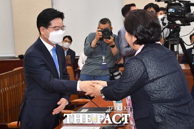 김창룡 경찰청장 후보자가 서영교 국회 행정안전위원장과 악수를 하고 있다.