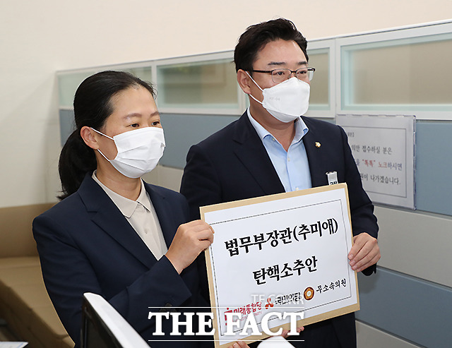20일 미래통합당 김성원(오른쪽) 의원과 국민의당 권은희 의원이 추미애 법무부 장관 탄핵소추안을 국회 의안과에 접수하는 모습. /이새롬 기자
