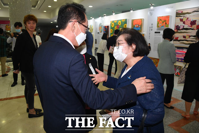 김도읍 미래통합당 의원(왼쪽)과 대화 나누는 김을동 전 의원