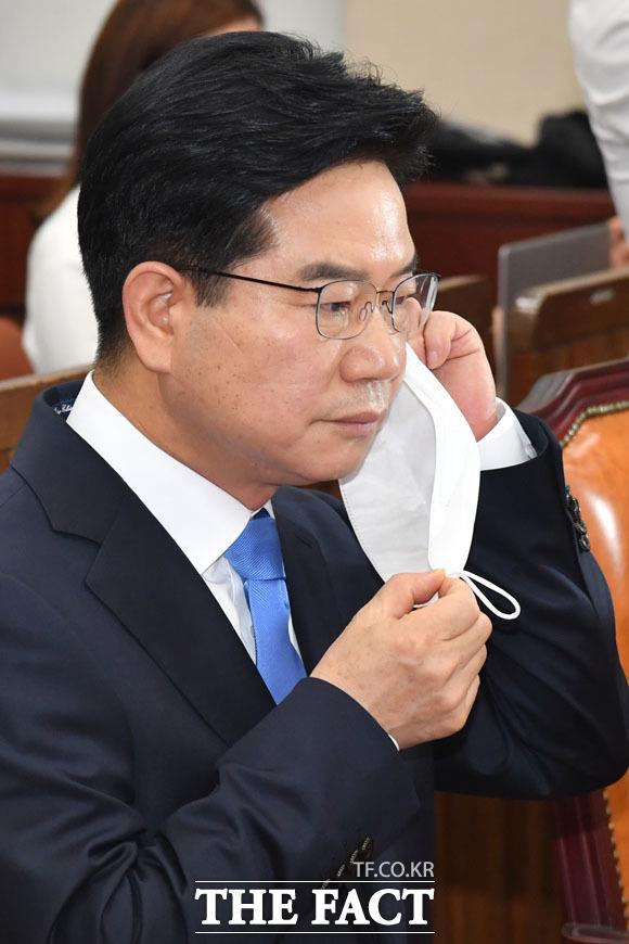 청문회 앞두고 마스크 벗는 김창룡 후보자