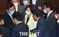 [TF포토] 김태년 격려 인사하는 이낙연