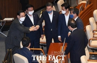 [TF사진관] 여당 의원들 찾아 인사하는 주호영