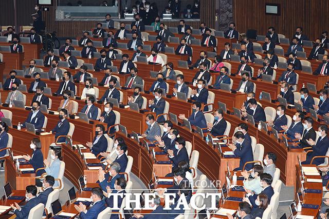 문 대통령이 지난 16일 제21대 국회 개원식에서 개원 연설을 하는 가운데 더불어민주당 의원들은 하얀색 마스크를 착용한 반면 미래통합당 의원들(위쪽)은 검은색 마스크를 착용하고 있다./국회=배정한 기자