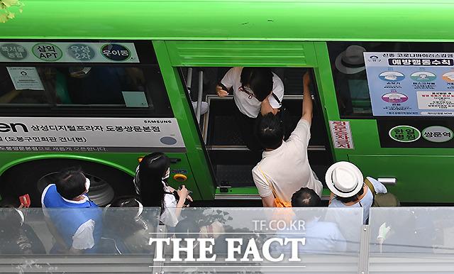 하차하는 승객들과 재빨리 자리에 앉기 위해 뒷문에 오르는 사람들이 뒤섞여 혼란스럽다.