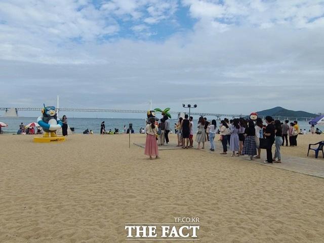 부산 수영구 광안리해수욕장에 '사회적 거리두기'를 홍보하기 위해 설치한 '마스크 쓴 펭수'가 인기를 끌고 있다. /부산=조탁만 기자