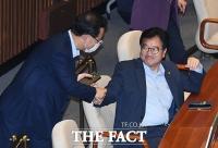 [TF포토] 우원식 의원과 악수하는 주호영 원내대표
