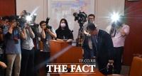 [TF포토] 고개숙인 박양우 장관