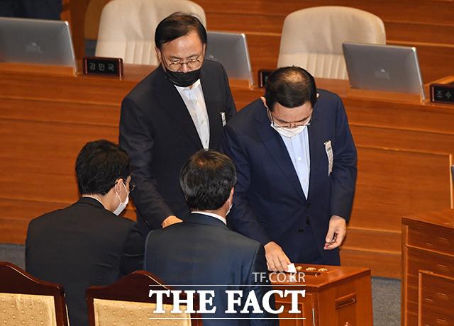 투표하는 주호영 미래통합당 원내대표(오른쪽).
