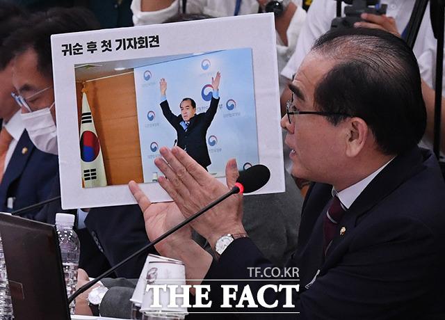 귀순 후 대한민국 만세를 외치는 자신의 사진을 공개하는 태영호 의원